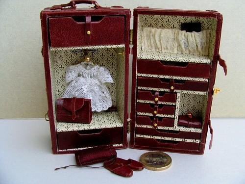 Baule da viaggio le miniature di manuela 4 alice emaniraresulfare - Come rivestire internamente un baule ...
