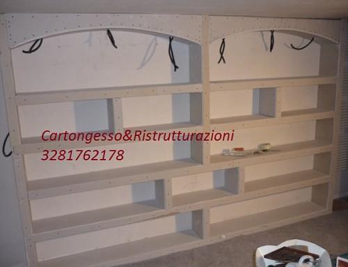 Libreria in cartongesso con struttura metallica illuminata con faretti