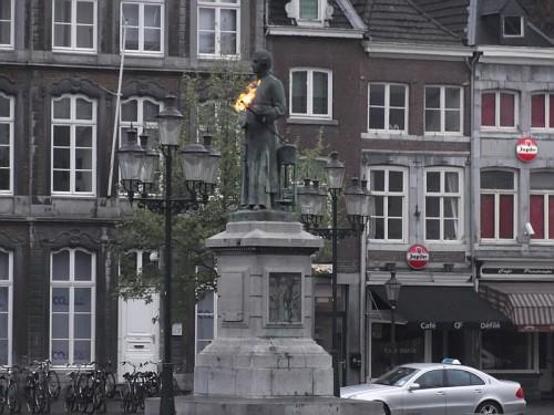 Maastricht. Statua con fuoco