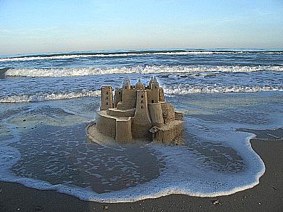 Grande castello di sabbia presto distrutto dalla marea for Schierandosi dalla roccia in casa